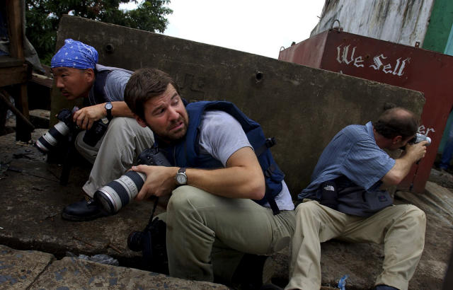 Chris Hondros, center, in Liberia in 2003. (Photo courtesy of Nic Bothma)