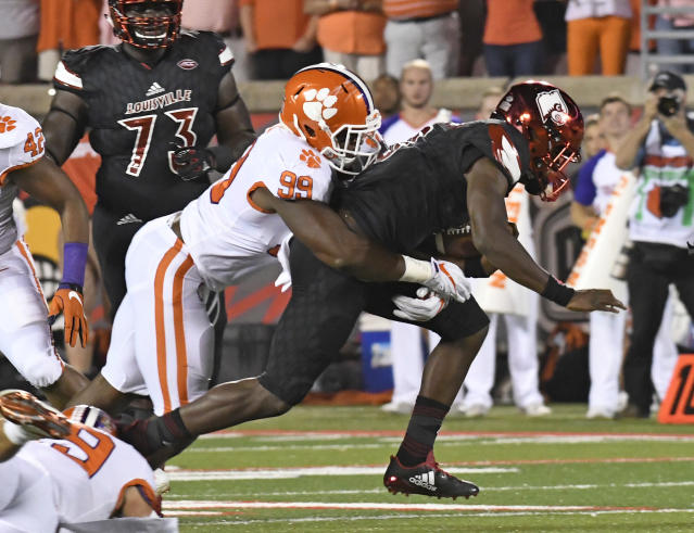 "Louisville's <a class=""link rapid-noclick-resp"" href=""/ncaaf/players/254458/"" data-ylk=""slk:Lamar Jackson"">Lamar Jackson</a> (8) is wrapped up by Clemson's <a class=""link rapid-noclick-resp"" href=""/ncaaf/players/252167/"" data-ylk=""slk:Clelin Ferrell"">Clelin Ferrell</a> (99) during the first half of an NCAA college football game, Saturday, Sept. 16, 2017, in Louisville, Ky. (AP Photo/Timothy D. Easley)"