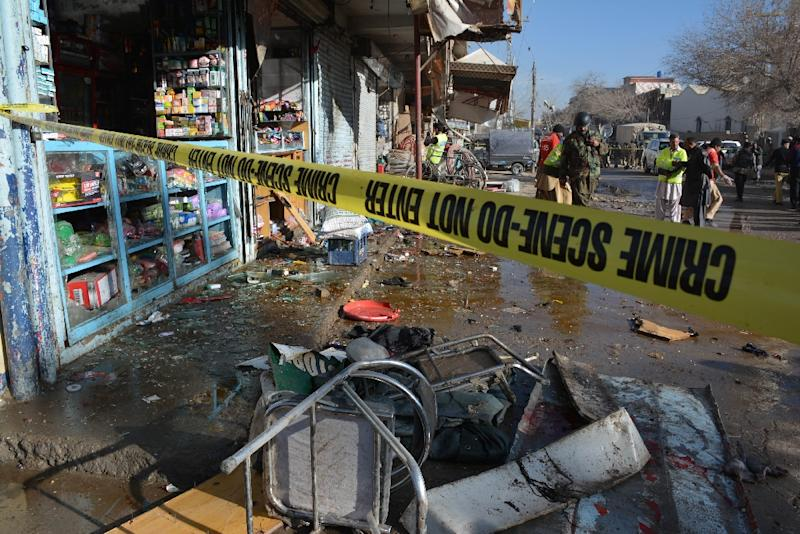 Pakistani security officials examine the site of a bomb blast near a polio vaccination centre in Quetta, on January 13, 2016 (AFP Photo/Banaras Khan)