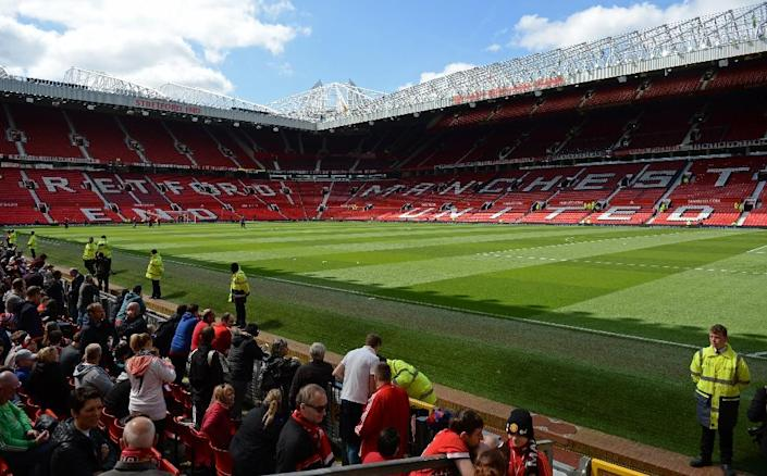 The Stretford End (L) and the Sir Alex Ferguson stand are seen empty after an evacuation ahead of the English Premier League match between Manchester United and Bournemouth at Old Trafford in Manchester, north-west England, on May 15, 2016 (AFP Photo/Oli Scarff)
