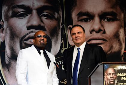 Mayweather Promotions CEO Leonard Ellerbe (L) and former Golden Boy Promotions CEO Richard Schaefer. (Photo by Ethan Miller/Getty Images)