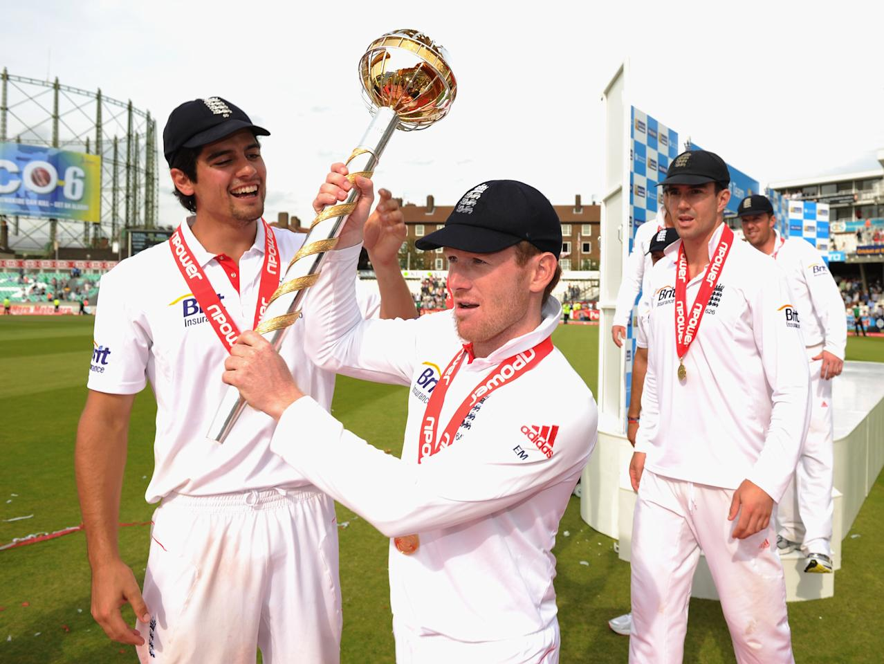 LONDON, ENGLAND - AUGUST 22: (L-R) Alastair Cook, Eoin Morgan and Kevin Pietersen of England celebrate the series victory with the ICC Test Championship Mace as England become the number one ranked team during day five of the 4th npower Test Match between England and India at The Kia Oval on August 22, 2011 in London, England.  (Photo by Gareth Copley/Getty Images)