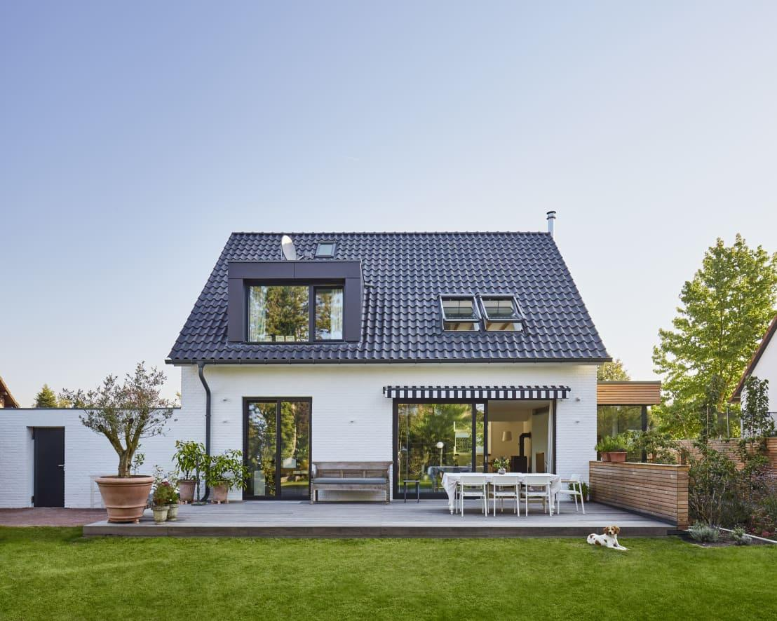 <p>Although we have no idea what the house looked like pre-renovation, we can say with all certainty that its new look is amazing. Here, at the back of the house, a spacious wooden deck conjures up so much potential for outdoor resting and socialising.</p>  Credits: homify / Schreinerei Fischbach GmbH & Co. KG