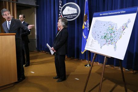 U.S. Deputy Attorney General James Cole (L) points to map of cleanup sites during an announcement of a settlement with Anadarko Petroleum Corp at the Justice Department in Washington April 3, 2014. REUTERS/Jonathan Ernst