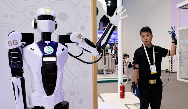 A staff member shows 5G-based remote control of a robot during the Shanghai artificial intelligence conference. Photo: Xinhua