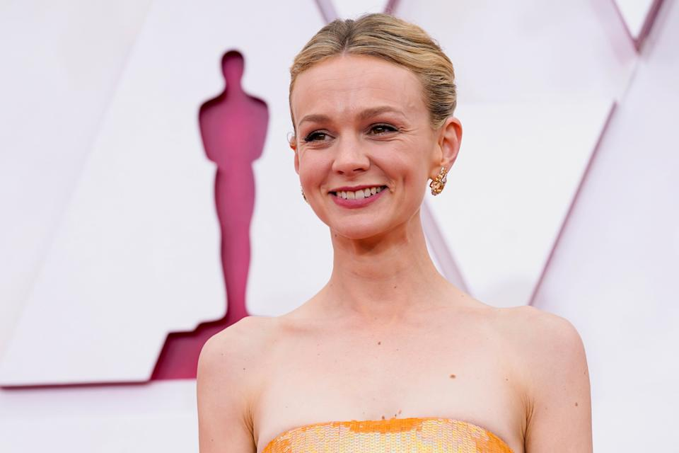 Carey Mulligan arrives to the Oscars red carpet