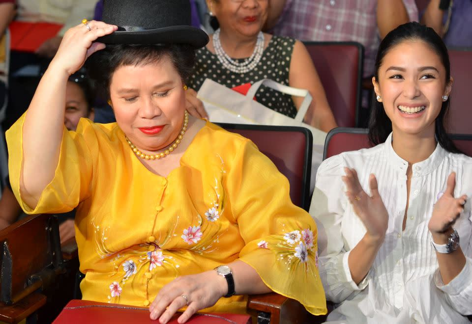 Suicide, homicide, insecticide, lahat pamatay. Pero kung gusto mong pampabuhay, i-try mo ang 'by my side. (Santiago receives a bowler hat from RH bill advocate Carlos Celdran during a forum at the University of the Philippines College of Law. Beside her is actress Heart Evangelista, a close family friend. Photo from Senator Santiago's official Facebook page)