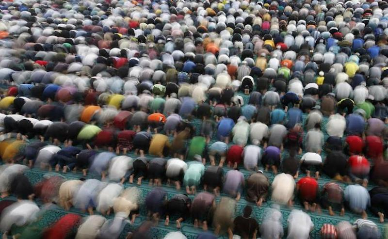 Muslims perform Friday prayers at a mosque in Sepang August 2, 2013. — Reuters pic