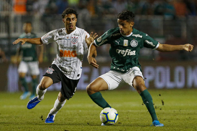 SAO PAULO, BRAZIL - NOVEMBER 09: Gustavo Scarpa (R) of Palmeiras vies the ball with Gabriel of Corinthians during a match between Palmeiras and Corinthians for the Brasileirao Series A 2019 at Pacaembu Stadium on November 09, 2019 in Sao Paulo, Brazil. (Photo by Miguel Schincariol/Getty Images)