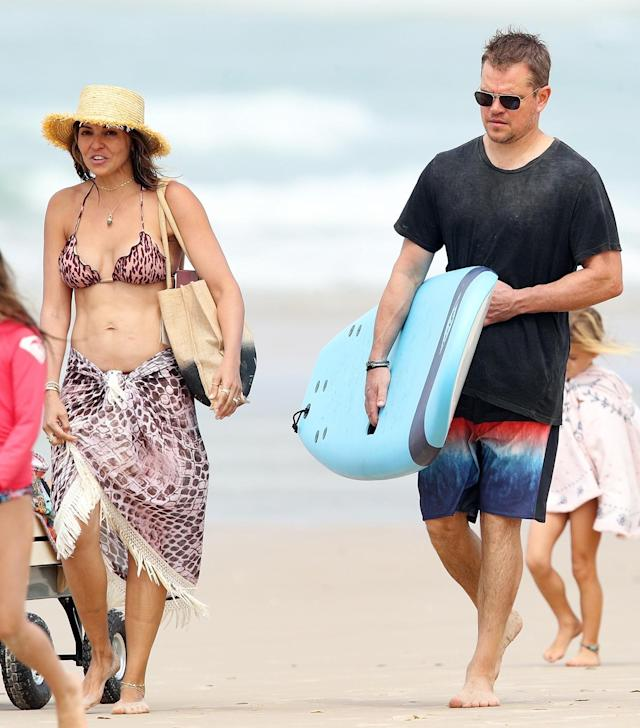 <p>In Sydney, Damon toted a surfboard during his star-studded vacation. (Photo: KHAPGG/Backgrid) </p>