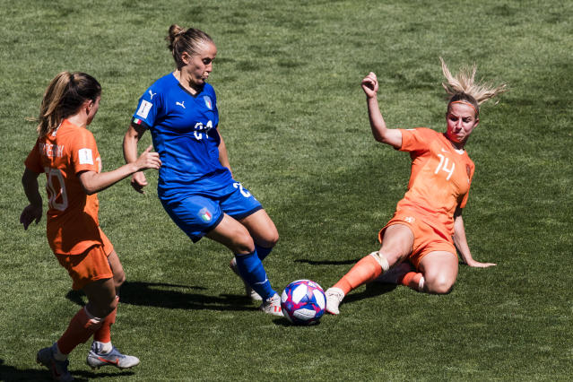 Jackie Groenen of Netherlands (R) fights for the ball with Valentina Cernoia of Italy (L) during the 2019 FIFA Women's World Cup France Quarter Final match between Italy and Netherlands at Stade du Hainaut on June 29, 2019 in Valenciennes, France. (Photo by Marcio Machado/Getty Images)