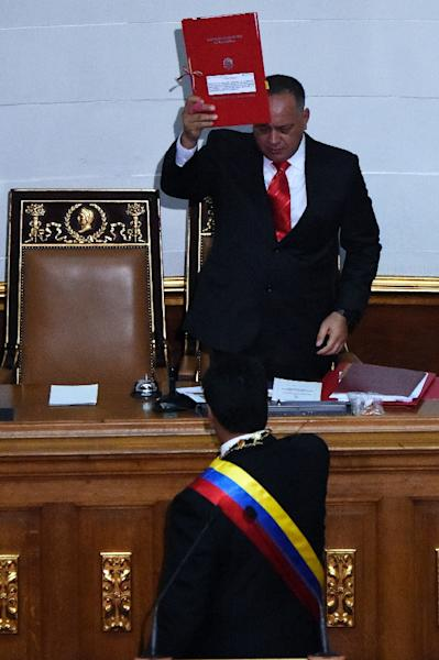 Venezuelan President Nicolas Maduro (front) submits his request for the power to rule by decree to president of the National Assembly, Diosdado Cabello, during a session of the National Assembly in Caracas, on March 10, 2015 (AFP Photo/Juan Barreto)