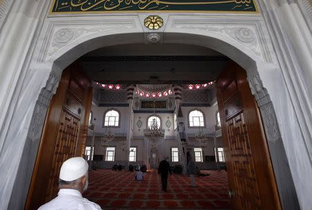 Muslim worshippers walk into the Gallipoli Mosque to pray in the western Sydney suburb of Auburn September 26, 2014. REUTERS/David Gray