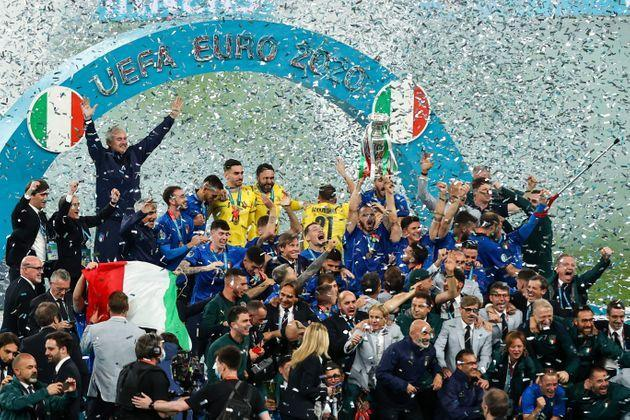 12 July 2021, United Kingdom, London: Football: European Championship, Italy - England, final round, final at Wembley Stadium. Italy's players cheer with the trophy after the match. Photo: Christian Charisius/dpa (Photo by Christian Charisius/picture alliance via Getty Images) (Photo: picture alliance via Getty Images)