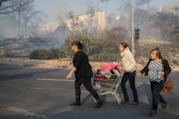 Israelis flee their homes as a fire rages on in the northern port city of Haifa, on November 24, 2016 (AFP Photo/Jack Guez)