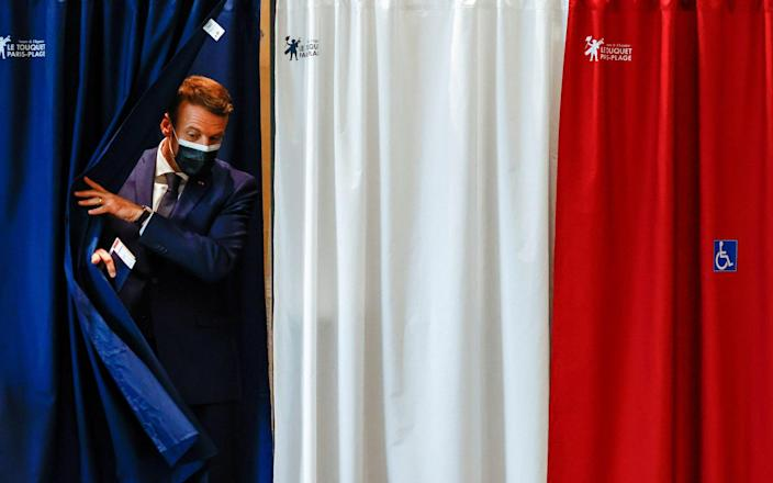French President Emmanuel Macron voting at a polling station during the first round of French regional and departmental elections, in Le Touquet-Paris-Plage, - CHRISTIAN HARTMANN /REUTERS