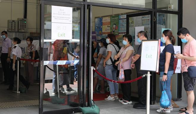Hong Kong residents line up for Covid-19 testing at the Kwun Chung Municipal Services Building in Yau Ma Tei last Thursday. Photo: Nora Tam