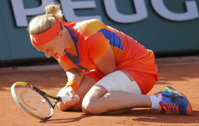 Svetlana Kuznetsova of Russia reacts as she falls during her women's quarter-final match against Simona Halep of Romania at French Open tennis tournament at the Roland Garros stadium in Paris June 4, 2014. REUTERS/Stephane Mahe (FRANCE - Tags: SPORT TENNIS)