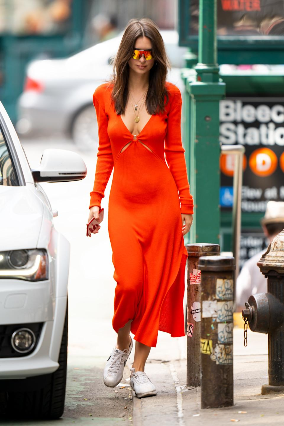 """<h1 class=""""title"""">EXCLUSIVE: Emily Ratajkowski stuns in a red dress out for a stroll in New York City</h1><cite class=""""credit"""">Photo: Splash News</cite>"""