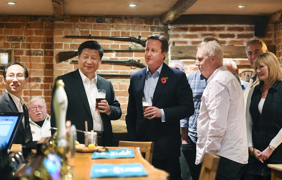 Chinese President Xi Jinping and then British prime minister David Cameron enjoy a pint during Xi's visit to Britain in 2015. Photo: AFP