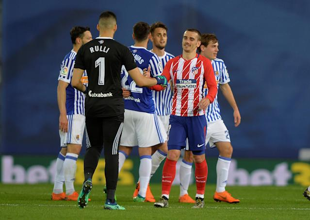 Soccer Football - La Liga Santander - Real Sociedad vs Atletico Madrid - Anoeta Stadium, San Sebastian, Spain - April 19, 2018 Atletico Madrid's Antoine Griezmann shakes hands with Real Sociedad's Geronimo Rulli after the match REUTERS/Vincent West