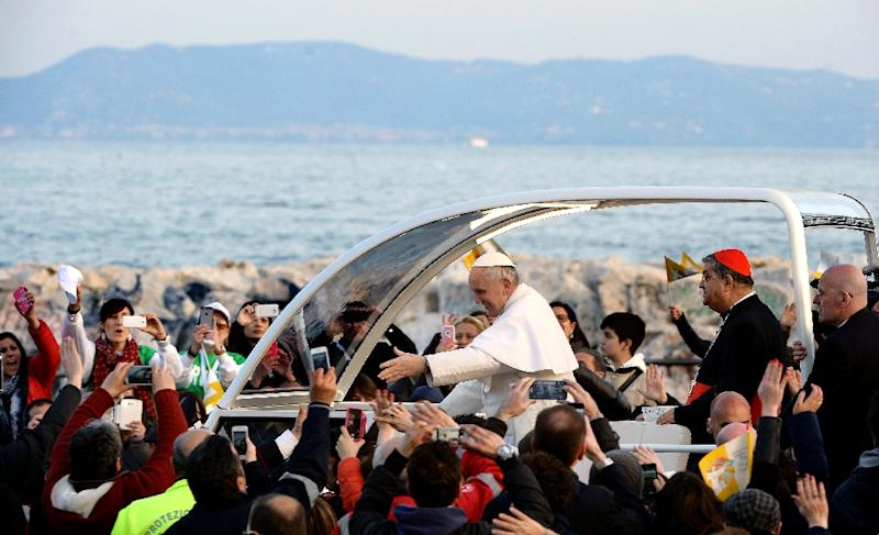 Pope Francis greets the crowd after his meeting with youth and families as part of a pastoral visit on March 21, 2015 in Naples, Italy (AFP Photo/Filippo Monteforte)