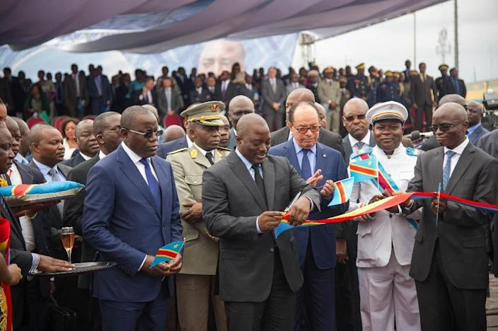 DR Congo President Joseph Kabila (centre) cuts the ribbon to officially launch the maiden flight of Congo Airways on October 9, 2015 at Kinshasa Airport (AFP Photo/Junior Kannah)