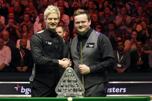 Australia's Neil Robertson shakes hands with Shaun Murphy of England at the start of the final of the BGC masters snooker tournament at Alexandra Palace in London, on January 22, 2012. AFP PHOTO / JUSTIN TALLIS (Photo credit should read JUSTIN TALLIS/AFP/Getty Images)