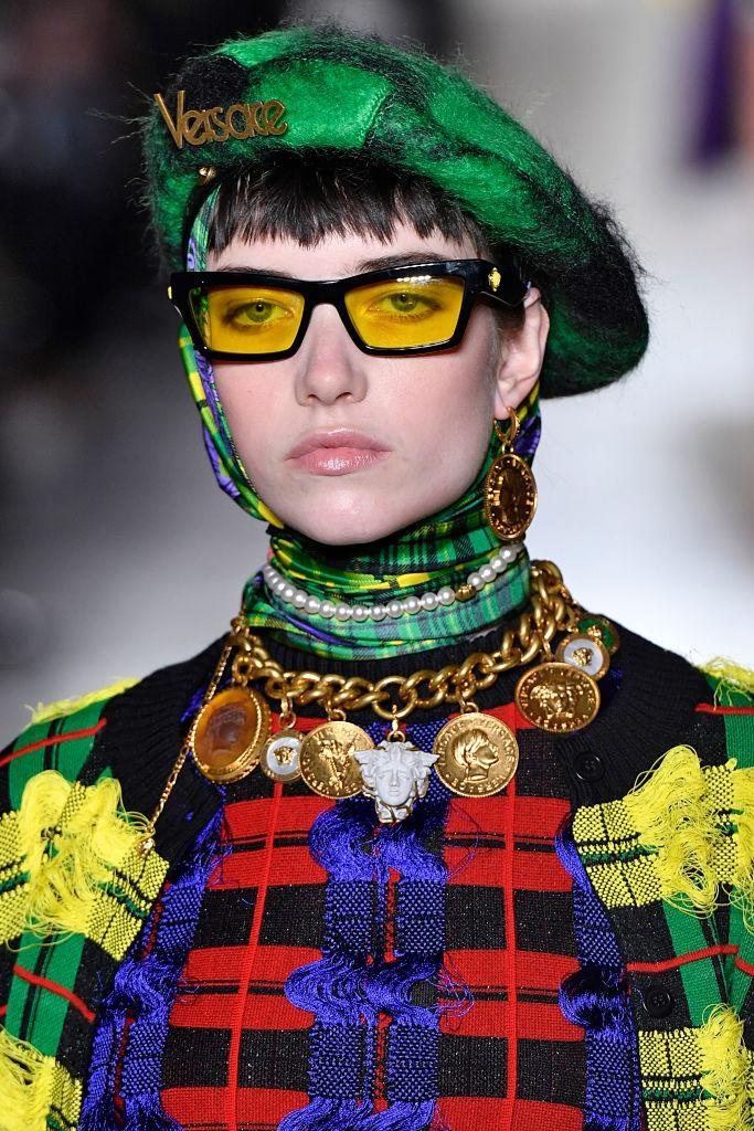 <p>Choker necklace with gold Versace coins at the Versace FW18 show. (Photo: Getty Images) </p>