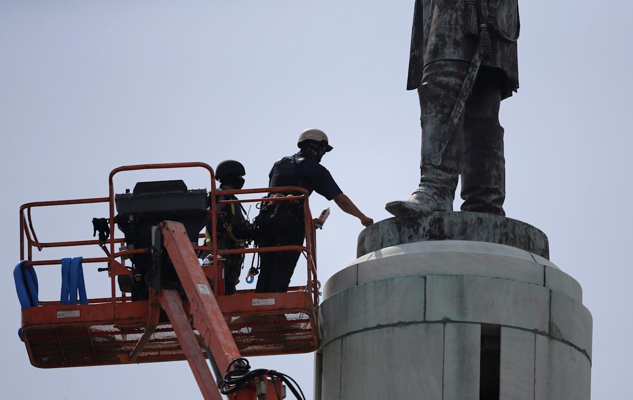 <p>Workers prepare to take down the statue of Confederate Gen. Robert E. Lee in Lee Circle in New Orleans, Friday, May 19, 2017. (Photo: Gerald Herbert/AP) </p>