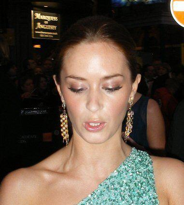 Emily Blunt is a pretty woman and it shows everywhere she goes. Here, she is sporting a beautiful one-hand green dress with dropping earrings.