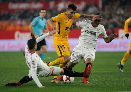 Soccer Football - Spanish King's Cup - Quarter Final Second Leg - Sevilla vs Atletico Madrid - Ramon Sanchez Pizjuan, Seville, Spain - January 23, 2018 Atletico Madrid's Angel Correa in action with Sevilla's Gabriel Mercado and Sergio Escudero (L) REUTERS/Jon Nazca
