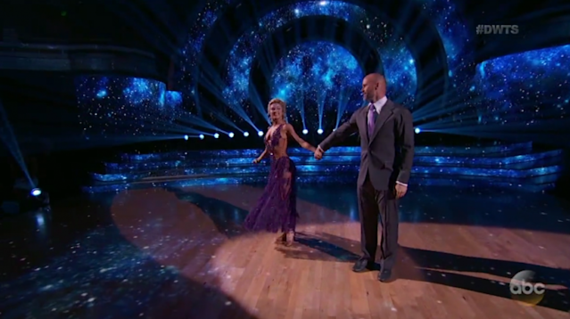 """<a class=""""link rapid-noclick-resp"""" href=""""/mlb/players/6956/"""" data-ylk=""""slk:David Ross"""">David Ross</a> and his partner Lindsay Arnold finish their waltz on week 4 of """"Dancing with the Stars."""" (ABC/Hulu)"""