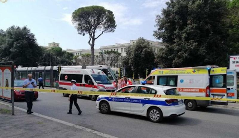 auto contro bus incidente roma