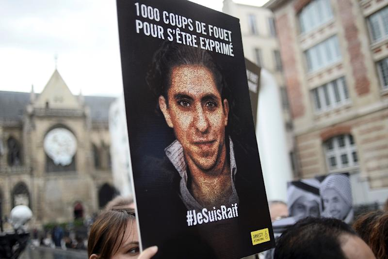 "People demonstrate in support of Raif Badawi, who was sentenced to 1,000 lashes for ""insulting Islam, on May 7, 2015 in Paris (AFP Photo/Stephane De Sakutin)"
