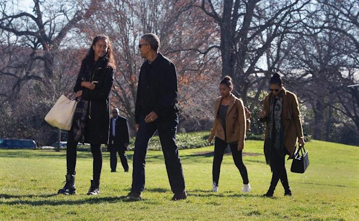 US president Barack Obama, daughters Malia (L) and Sasha (2nd R) and First Lady Michelle Obama return to The White House in Washington DC, January 3, 2016 after vacationing in Hawaii (AFP Photo/Chris Kleponis)