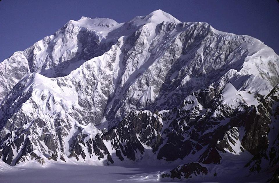 https://upload.wikimedia.org/wikipedia/commons/4/4a/Mount_Logan.jpg