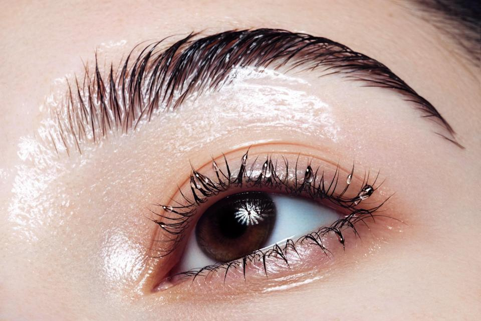 """<h1 class=""""title"""">woman with glossy eyelids and eyelashes</h1><cite class=""""credit"""">Getty Images</cite>"""