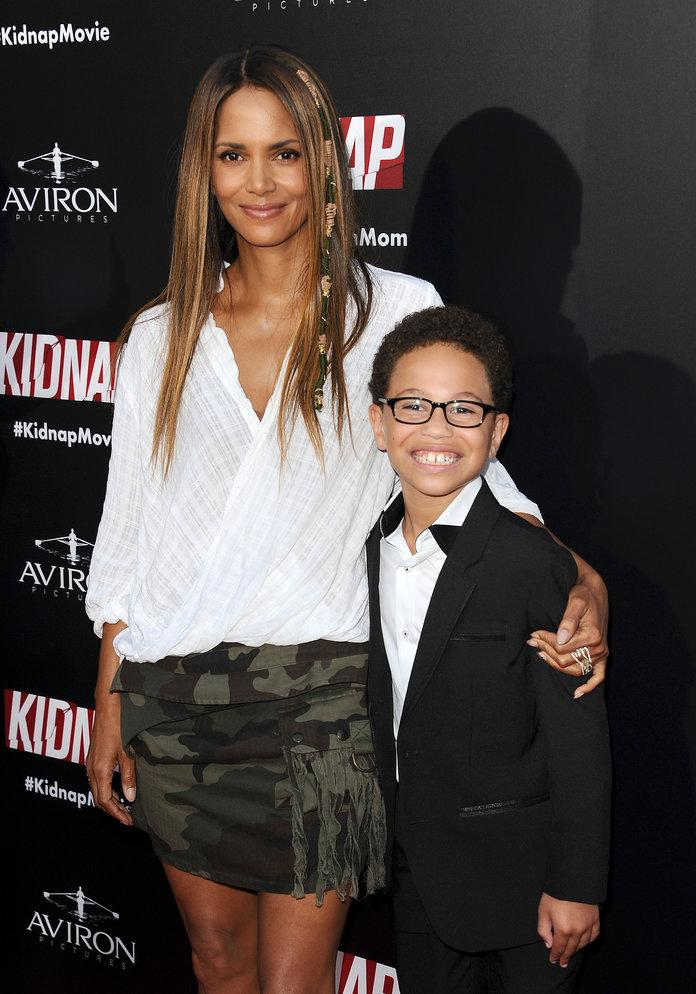 "Halle Berry Receives a ""Best Mom"" Trophy from Her 9-Year ..."