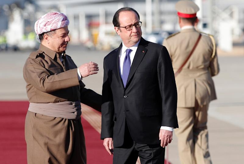 French President Francois Hollande (R) is greeted by Iraqi Kurdish leader Massud Barzani (L) during a ceremony in the International Airport of Arbil (AFP Photo/Christophe Ena)