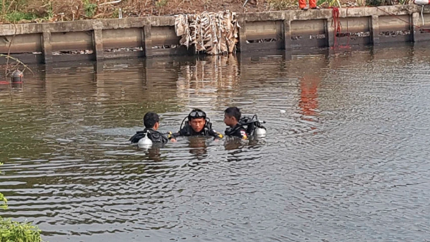 Picture of divers searching the pond on Apichai Ongwisit's property, after the remains of his girlfriend were discovered