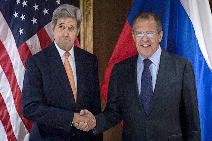 US Secretary of State John Kerry (L) and Russian Foreign Minister Sergei Lavrov shake hands on October 23, 2015 in Vienna (AFP Photo/Carlo Allegri)
