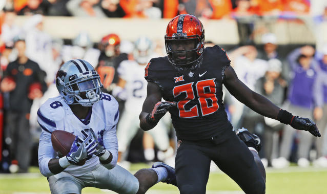 """Kansas State defensive back Duke Shelley (8) intercepts a pass intended for Oklahoma State wide receiver <a class=""""link rapid-noclick-resp"""" href=""""/ncaaf/players/242785/"""" data-ylk=""""slk:James Washington"""">James Washington</a> (28) in the first half of an NCAA college football game in Stillwater, Okla., Saturday, Nov. 18, 2017. (AP Photo/Sue Ogrocki)"""