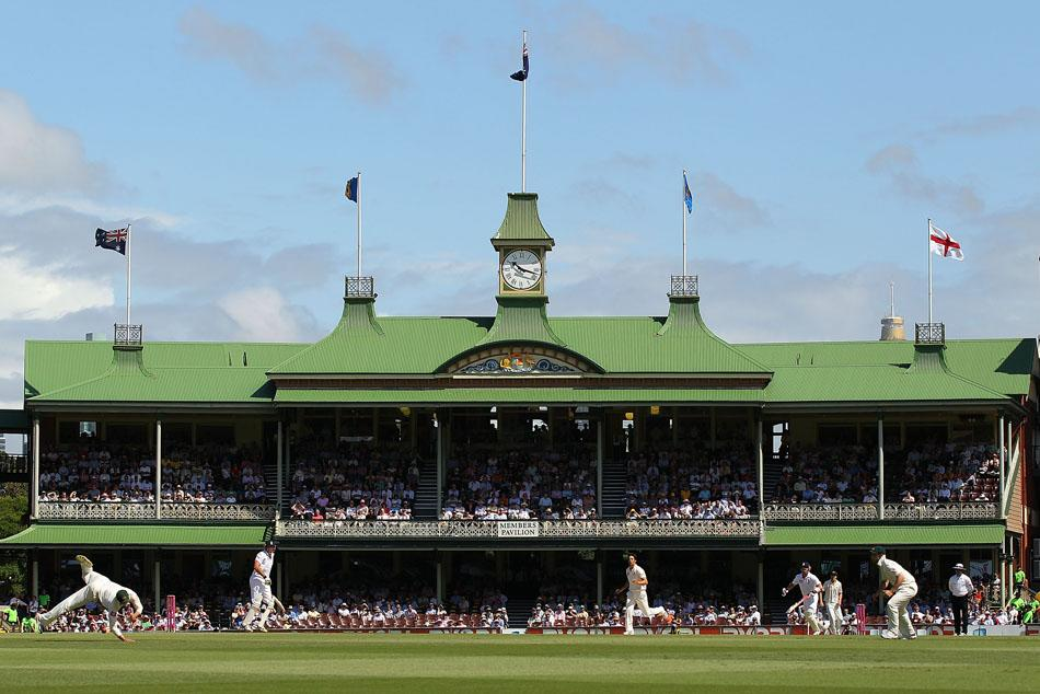 SYDNEY, AUSTRALIA - JANUARY 06:  A general view of the action in front of the Member's Pavilion during day four of the Fifth Ashes Test match between Australia and England at Sydney Cricket Ground on January 6, 2011 in Sydney, Australia.  (Photo by Cameron Spencer/Getty Images)