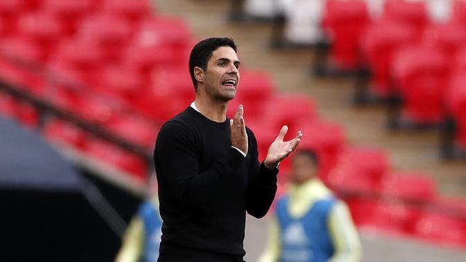 Pelatih Arsenal, Mikel Arteta, memberikan arahan kepada pemainnya saat menghadapi Liverpool pada laga Community Shield 2020 di Stadion Wembley, Sabtu (29/8/2020) malam WIB. Arsenal menang 5-4 atas Liverpool lewat adu penalti. (Andrew Couldridge/Pool via AP)