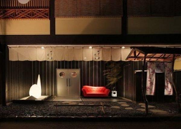 ▲ The red sofa in the entry is very impressive (photo provided by Hanaakari no Yado Tsuki no Ike)