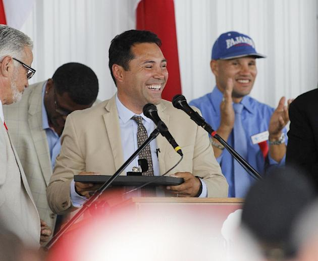 International Boxing Hall of Fame 2014 inductee Oscar De La Hoya looks out to the crowd during the Hall of Fame Induction ceremony in Canastota, N.Y, Sunday, June 8, 2014. (AP Photo/Nick Lisi)