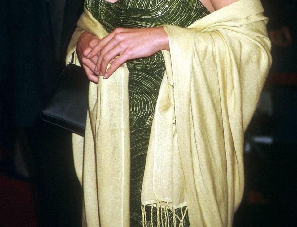 """Crop of Neve Campbell attending the premiere of her new movie """"Drowning Mona"""" February 28, 2000 wearing a yellow pashmina"""