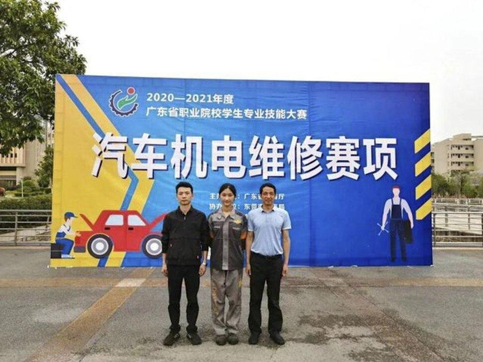 Gu (centre) said she has been obsessed with cars since she was a child. Photo: Baidu