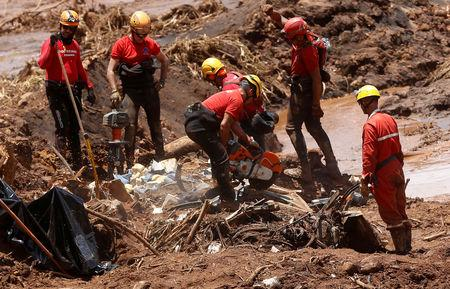 FILE PHOTO: Members of a rescue team search for victims after a tailings dam owned by Brazilian mining company Vale SA collapsed, in Brumadinho, Brazil January 28, 2019. REUTERS/Adriano Machado